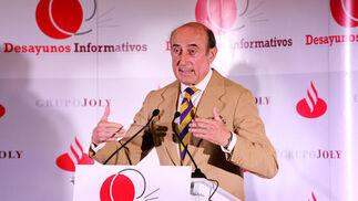 El presidente del Consejo Regulador del Vino, Beltrán Domecq, ayer durante su ponencia en los desayunos informativos en el hotel Jerez.  Foto: Pascual