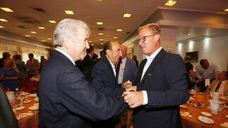 Pedro Rebuelta, viepresidente de González Byass, saluda a Stefaan de Clerck, del grupo hotelero HACE.  Foto: Pascual
