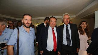 Santiago Sánchez, de Ganemos, junto a Tomás Valiente, director general del Grupo Joly, y el concejal popular Agustín Muñoz.  Foto: Pascual