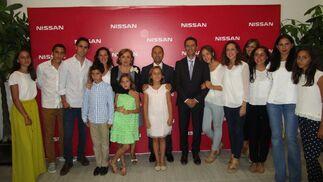 Antonio Jesús Gil con su mujer y sus trece hijos, durante el cóctel de inauguración del nuevo concesionario de Nissan , en Cádiz.   Foto: Ignacio Casas de Ciria