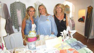 Las hermanas Isa, Pili y Pepa Gómez, en su puesto de ropa.   Foto: Ignacio Casas de Ciria