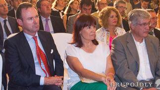 Carlos de Parias, Micaela Navarro, presidenta del PSOE, y Juan Carlos Raffo, delegado de la Junta de Andalucía en Sevilla.  Foto: JUAN CARLOS VAZQUEZ / VICTORIA HIDALGO