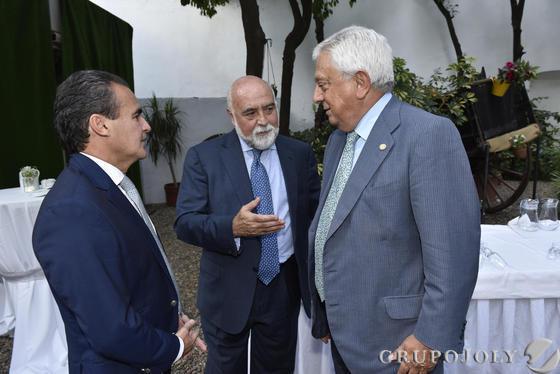 Rafael Herrador, Antonio Carrillo y Francisco Herrero, presidente de la Cámara de Comercio de Sevilla.  Foto: JUAN CARLOS VAZQUEZ / VICTORIA HIDALGO