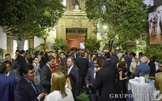 Cóctel posterior a la entrega de premios en el patio del Museo de Carruajes de Sevilla.  Foto: JUAN CARLOS VAZQUEZ / VICTORIA HIDALGO