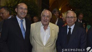 Francisco Ferraro; Juan Ramón Guillén, presidente de Acesur; y José Luis Ballester, consejero editorial del Grupo Joly.  Foto: JUAN CARLOS VAZQUEZ / VICTORIA HIDALGO