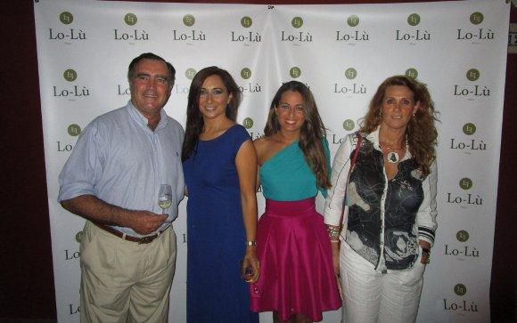 José Ramón Estevez, las diseñadoras Lola Díaz y Luna Gómez  de la firma Lo-Lú Fête y Marisa Cuñado, durante la inauguración.  Foto: Ignacio Casas de Ciria