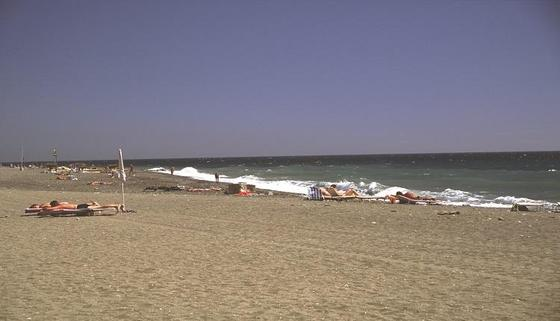 6. Algarrobo-Mezquitilla (Algarrobo)  El río Algarrobo marca la separación entre la playa de Mezquitilla y la zona de baño de la localidad homónima, en la costa de Málaga. De forma paralela al mar y a 3,5 kilómetros de distancia del casco urbano, se han construido varias urbanizaciones de apartamentos en primera línea. La playa de Algarrobo-Costa cuenta con el distintivo Q de calidad turística, marca que representa la calidad en el sector turístico español, así como con el distintivo de la Bandera Azul de la Unión Europea. También destaca la playa de Mezquitilla, un amplio arenal abierto al mar que se encuentra adornado de casitas bajas en primera línea de playa y de numerosas extensiones de cultivo, recomendado sobre todo para familias.  Foto: Turismo Costa del Sol