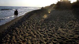3. Cabopino (Marbella)  Enclavada en las dunas de Artola, una zona protegida por su interés natural, esta espaciosa playa de doradas arenas linda con el puerto deportivo de Cabopino. Su arena fina, así como sus aguas transparentes y tranquilas completan este paraje, recomendado para ir con la familia y para los que buscan alejarse del bullicio del centro marbellí. No obstante, por su uso habitual se puede calificar como playa nudista y gay friendly en algunos tramos. Cuenta con el distintivo de la Bandera Azul de la Unión Europea, que premia el cumplimiento de unos estándares de condiciones higiénicas, de sanidad, de seguridad, accesibilidad, información, salvamento y socorrismo, en una iniciativa impulsada por la Asociación de Educación Ambiental y del Consumidor (ADEAC) y la Organización Mundial del Comercio (OMT).  Foto: M. H.