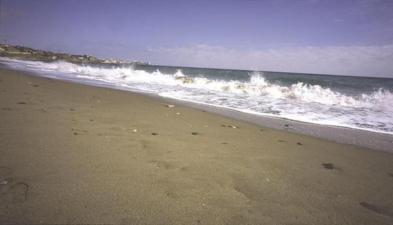 5. Carvajal (Fuengirola-Benalmádena)  Playa estrecha, con paseo marítimo junto al que se asientan edificios de gran altura y que forma una unidad con la playa de Carvajal en Benalmádena. Esta última es una playa semiurbana sin paseo marítimo, principalmente compuesta por bolos y grava y arena oscura. Las aguas de ambas son bastante tranquilas y su arena es de una tonalidad oscura. Tiene aparcamiento no vigilado y está bastante bien equipada. También es de fácil acceso a pie. Cuenta, además, con el distintivo Q de calidad turística, marca que representa la calidad en el sector turístico español. Se trata de una playa altamente ocupada en su zona más occidental.  Foto: Turismo Costa del Sol