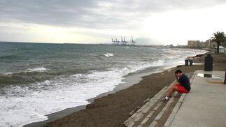 8. Malagueta-Caleta (Málaga)  Playa urbana muy espaciosa junto al dique de Levante del puerto de Málaga y que, tradicionalmente, ha constituido el punto de encuentro donde los pescadores lugareños sacan el copo. Los altos edificios que se elevan en esta zona del paseo marítimo de Málaga dibujan una línea paralela al tramo de costa que constituye la playa de La Caleta. Ambas son altamente recomendables para familias; y cuentan con el distintivo Q de calidad turística, marca que representa la calidad en el sector turístico español, así como con el distintivo de la Bandera Azul de la Unión Europea.  Foto: M. H.