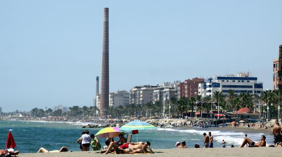 7. Misericordia (Málaga)  Tras abandonar la playa de San Andrés, se descubre este espacioso tramo de costa y abierto al mar, adornado por amplias extensiones de cultivo. Se trata de una playa urbana con paseo marítimo de arena oscura y oleaje moderado en el mar. El nivel medio de ocupación es alto. La playa de La Misericordia se encuentra concretamente entre la desembocadura del río Guadalhorce y el espigón de la Térmica. Esta playa es una de las más extensas de Málaga capital. Destacan sus 1200 metros de arena limpia bastante ancha, lo cual facilita la práctica de cualquier deporte. El Paseo Marítimo Antonio Banderas se encuentra en esta zona donde se ubican numerosos restaurantes que ofrecen gran variedad culinaria. Cuenta con el distintivo Q de calidad turística, marca que representa la calidad en el sector turístico español, así como con el distintivo de la Bandera Azul de la Unión Europea.  Foto: M. H.