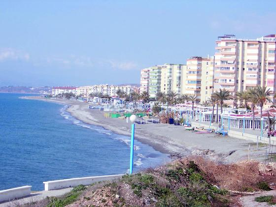 9. El Morche (Torrox)  Extensas superficies dedicadas a productos de invernadero corren de forma paralela a esta playa, que cuenta con unos 1.000 meros de longitud y una anchura considerable de 70 metros. La calidad de su arena y la excelencia de sus aguas la han distinguido con la bandera azul y han contribuido a la proliferación de urbanizaciones en su entorno. Cuenta, además, con el distintivo Q de calidad turística, marca que representa la calidad en el sector turístico español. Su acceso se encuentra en la autovía del Mediterráneo (A-7; N-340), entre el tramo comprendido entre Vélez-Málaga y Nerja, y aparece claramente indicado el desvío a Torrox, donde se llega directamente y sin necesidad de acceder a ninguna otra carretera.  Foto: M. H.
