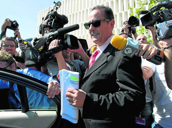 27-09-2010: Comienza el juicio de Malaya  El exalcalde de Marbella, Julián Muñoz, rodeado de cámaras a la salida de la Audiencia Provincial de Málaga tras finalizar la primera sesión judicial de Malaya.