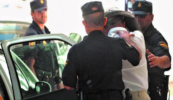 01-07-2006: Declaración de Tomás Olivo  Varios policías conducen al promotor murciano Tomás Olivo al interior de los juzgados de Marbella para que preste declaración. Fue absuelto.