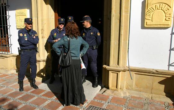 29-03-2006: Detención de Marisol Yagüe  Una decena de personas, entre ellas la ex regidora de Marbella, arrestadas por corrupción urbanística. El Ayuntamiento fue custodiado por la Policía Nacional.