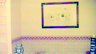 06-04-2006: Hallazgo de obras de arte  Un cuadro de Miró encontrado en un aseo del domicilio de Juan Antonio Roca. Fue localizado en un registro efectuado en el marco de la operación Malaya.