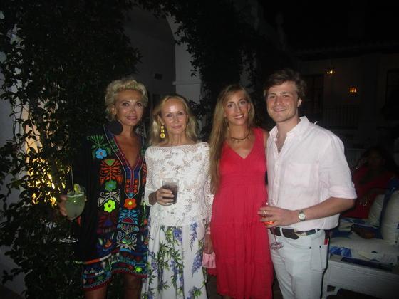 La diseñadora italiana Simona Gandolfi, Linden Vaugahn, Macarena Tassara y Alexander Vaughan, durante el cóctel de inauguración.  Foto: Ignacio Casas de Ciria