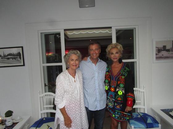 Susi Lindberg con James Alexander y Simona Gandolfi, durante la inauguración.  Foto: Ignacio Casas de Ciria