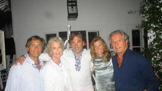 Jorge Manrique, Susi Lindberg, el príncipe Hubertus de Hohenlohe, Mieke Buysse y Philippe Junot , en el patio del Marbella Club.  Foto: Ignacio Casas de Ciria