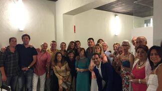 La anfitriona Merchu Salegui Celaya, rodeada de un grupo de los familiares y amigos que asistieron a la fiesta de cumpleaños en el restaurante Ultramar&nos, organizada por su hijo el empresario gaditano Javier Bote.  Foto: Ignacio Casas de Ciria