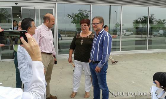 Los alcaldes de Álora y Cártama con la primera paciente del Chare.  Foto: Leonor García