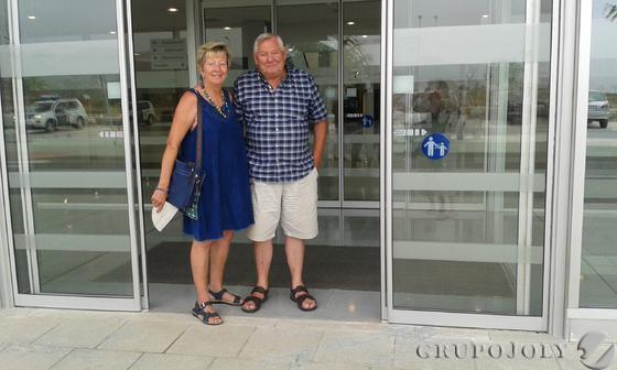 Jack Udall y esposa, a la entrada del centro sanitario.  Foto: Leonor García