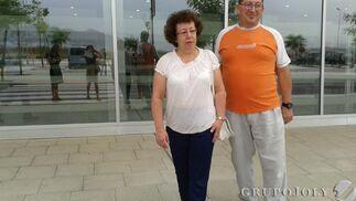 Salvadora Marmolejo y su marido, antes de entrar al hospital.  Foto: Leonor García