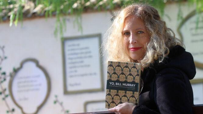 Marta Jiménez, con un ejemplar de la obra.