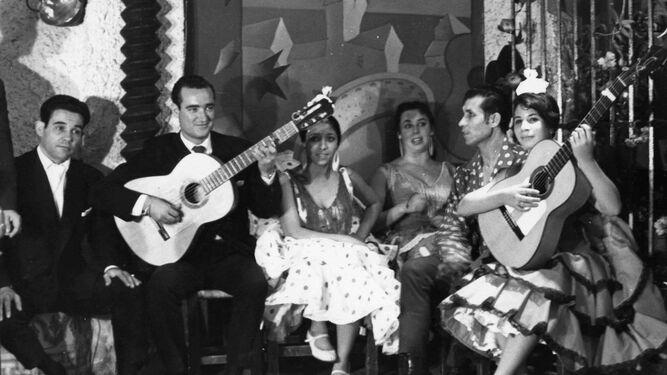 Gloria Vargas, en el centro, en La Bodega Andaluza de Torremolinos.