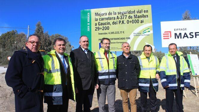 El consejero de Fomento, en el centro de la imagen, acompañado de alcaldes, ayer.