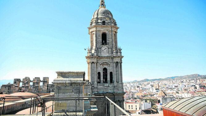 El arquitecto posa delante de la parte renacentista de la Catedral, unida con la barroca (a la izquierda de la imagen).