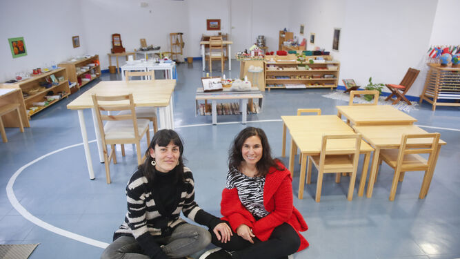 Rocío García (izda.), presidenta de la cooperativa, y Valeria Mercuri, directora del colegio.