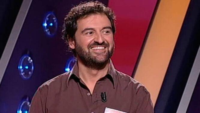 Jordi Hurtado, en el plató del programa con el logotipo del 20 aniversario.