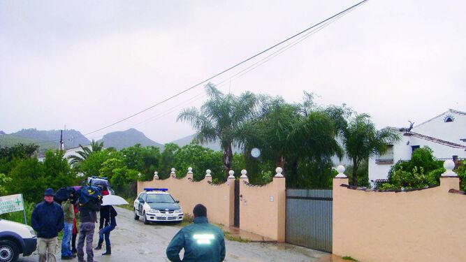 Un guardia civil en la entrada de la finca el día que murió Lucía Garrido.