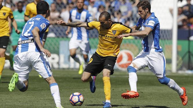 Sandro intenta zafarse de dos rivales.