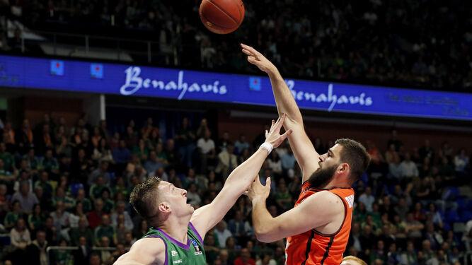 Bojan Dubljevic lanza a canasta ante Alen Omic.