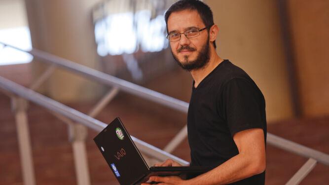 Sergio de los Santos posa con su portátil.
