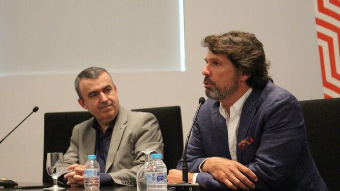 Lorenzo Silva y Teodoro León Gross, ayer, en un momento del encuentro.