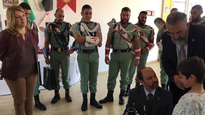 Legionarios en su visita al Materno.
