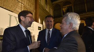 José Ignacio Goirigolzarri conversa con Antonio Jara, presidente de Cajagranada Fundación, en presencia de Juan Espadas.