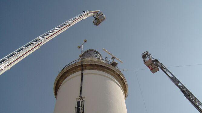 1. Imagen del brazo extendido, situado por encima de la Farola, en la zona de La Malagueta. 2. De la Torre, junto al actual jefe de Bomberos, José Cruz. 3. El alcalde subido a la cesta de la autoescala.
