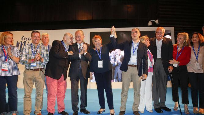 Celia Villalobos levanta la mano de Elías Bendodo ante la presencia de Francisco de la Torre y otros representantes del PP.