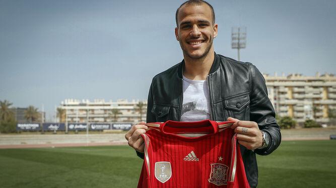 Sandro posa con la camiseta de la selección.