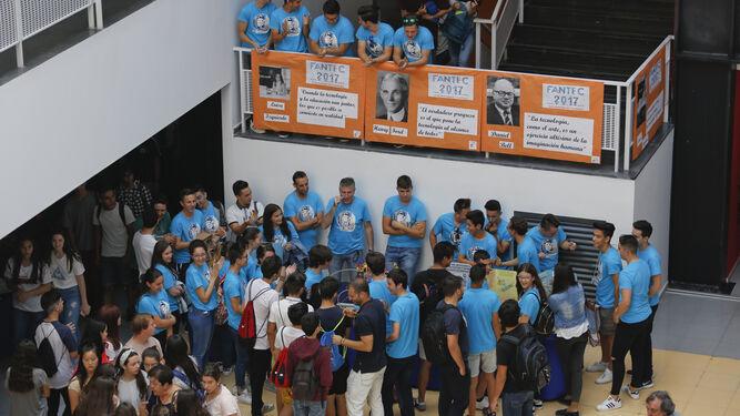 Alumnos de Secundaria y Bachillerato en la Feria Andaluza de Tecnología Ingeniería, Robótica y Programación, ayer, en la Escuela de Industriales.