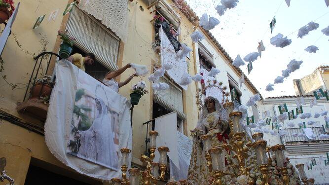 Momento de la petalada a la Virgen del Rocío Coronada en calle Alonso de Benítez.