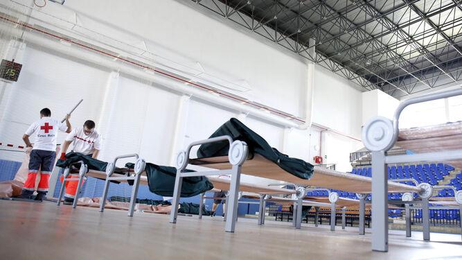 La oleada de inmigrantes obliga a habilitar el pabell n de for Polideportivo ciudad jardin malaga