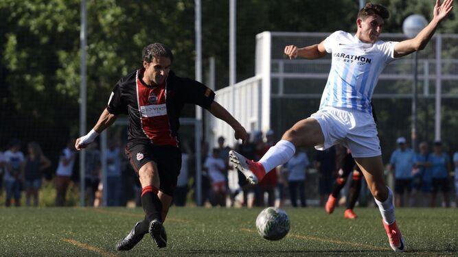Álex Mula intenta blocar un pase de un jugador del Unión Adarve.