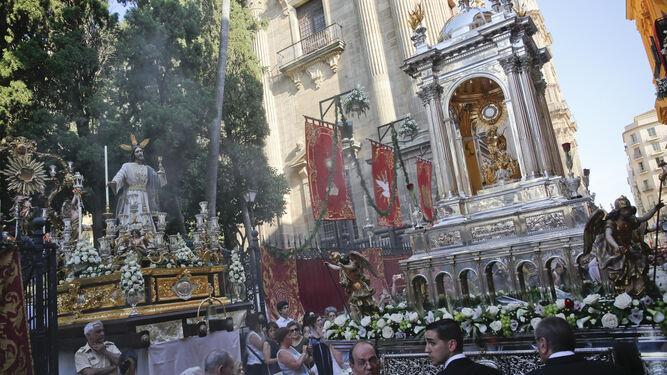 La Custodia avanza por la calle Molina Lario ante Jesús de la Sagrada Cena.