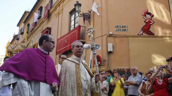 El obispo y el delegado de Liturgia, en la procesión.