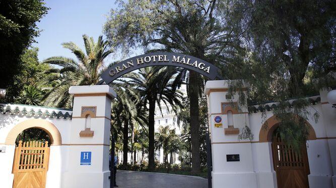 El miramar coloca un arco con el nombre de gran hotel m laga - Hotel puerta del arco ...